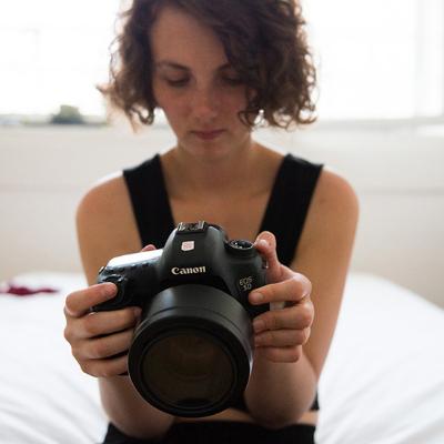 Portrait de Lucie Blush avec un appareil photo dans les mains